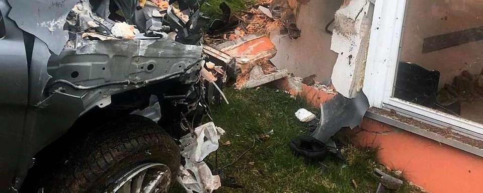 33.000 Euro Schaden: Alkoholisierter Man donnert mit Auto gegen Garagenwand