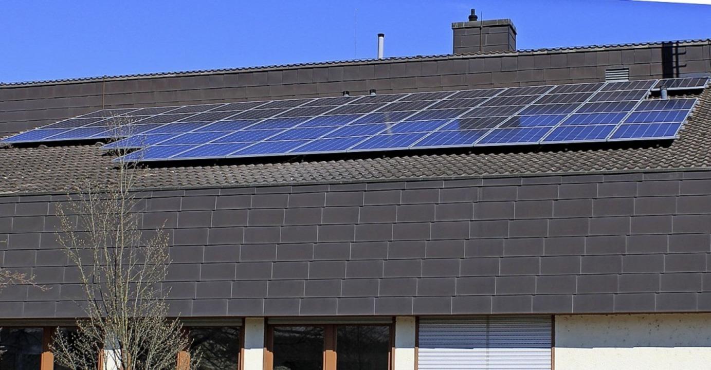57 Solarmodule wurden auf dem Dach des Werkhofes angebracht.  | Foto: Rolf Reißmann