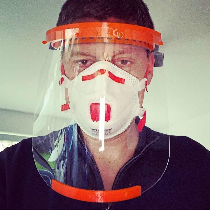 Armin Göpfert mit einer Gesichtsschutz...Pfleger im Kampf gegen das Coronavirus  | Foto: Privat