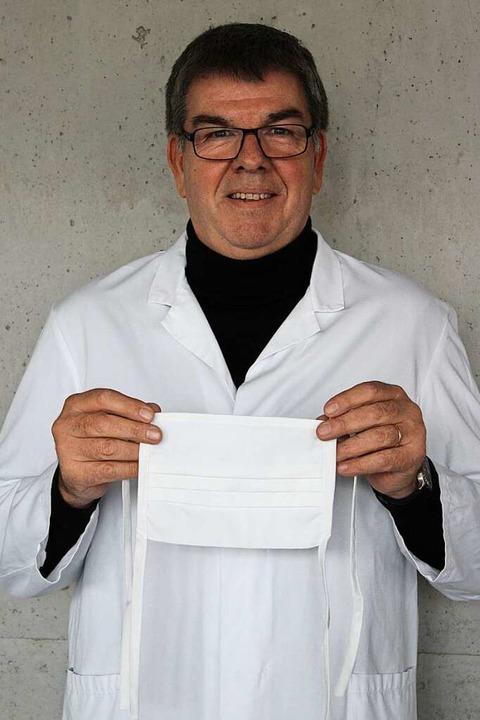 Geschäftsführer Jochen Geiger mit Schutzkittel und Mundschutz.  | Foto: Annika Sindlinger