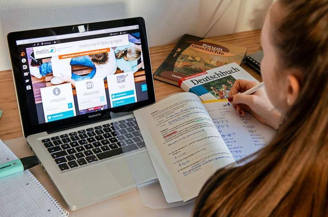 Eine Schülerin lernt zu Hause über eine digitale Lernplattform.  | Foto: Stefan Puchner (dpa)