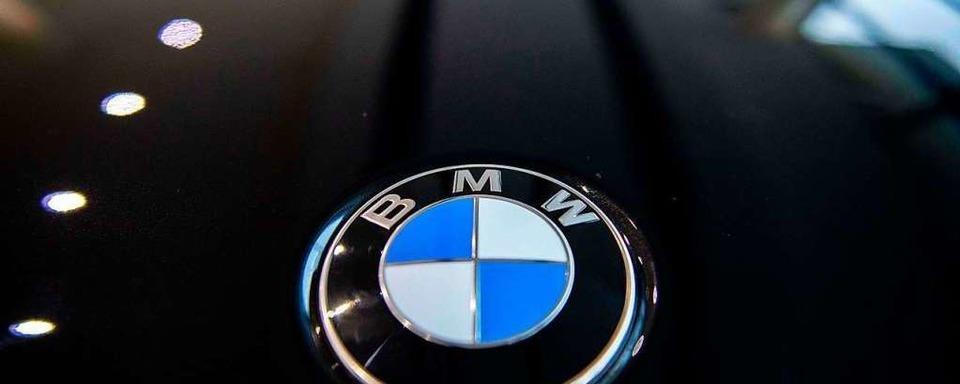 19-jähriger BMW-Fahrer fährt in Hauingen gegen die Sporthallenwand
