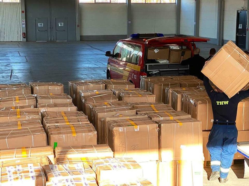 THW und Feuerwehr verladen Pakete mit Schutzausrüstung aus China  | Foto: Stadt Offenburg