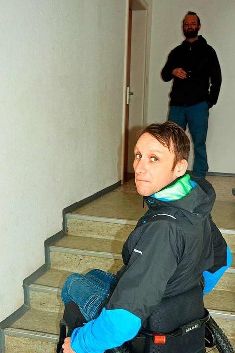 Sebastian Vogl dokumentiert mit Hilfe ...Benjamin Rudiger vorhandene Barrieren.  | Foto: Gerhard Lück