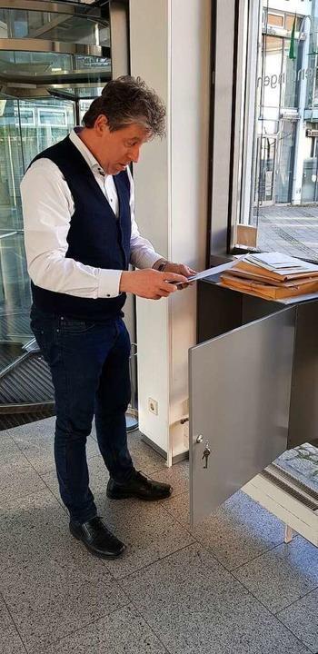 Als Fachbereichsleiter Uwe Ehrhardt de...us, als könne die OB-Wahl stattfinden.  | Foto: Gerhard Walser