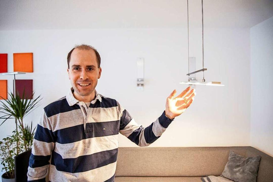 Energieberater Martin Bretz beim Gang durch eine Wohnung.     Foto: Joss Andres
