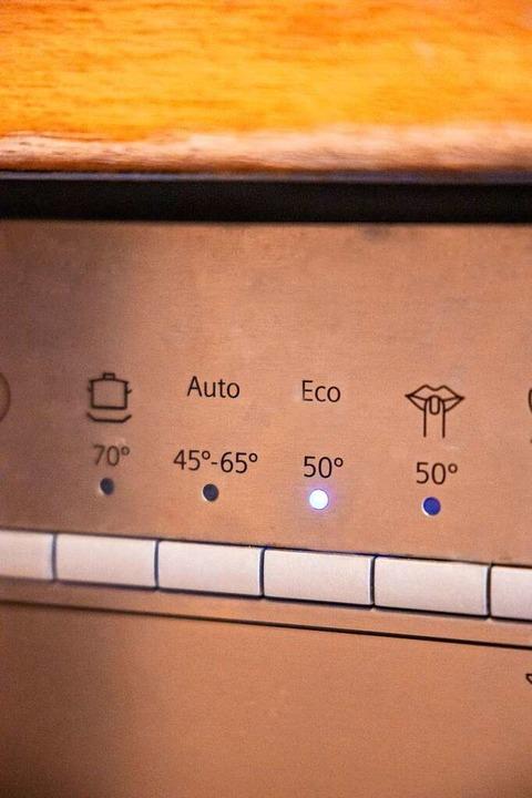 Dauert länger, ist aber öko: Die Eco-Taste bei der Spülmaschine.     Foto: Joss Andres