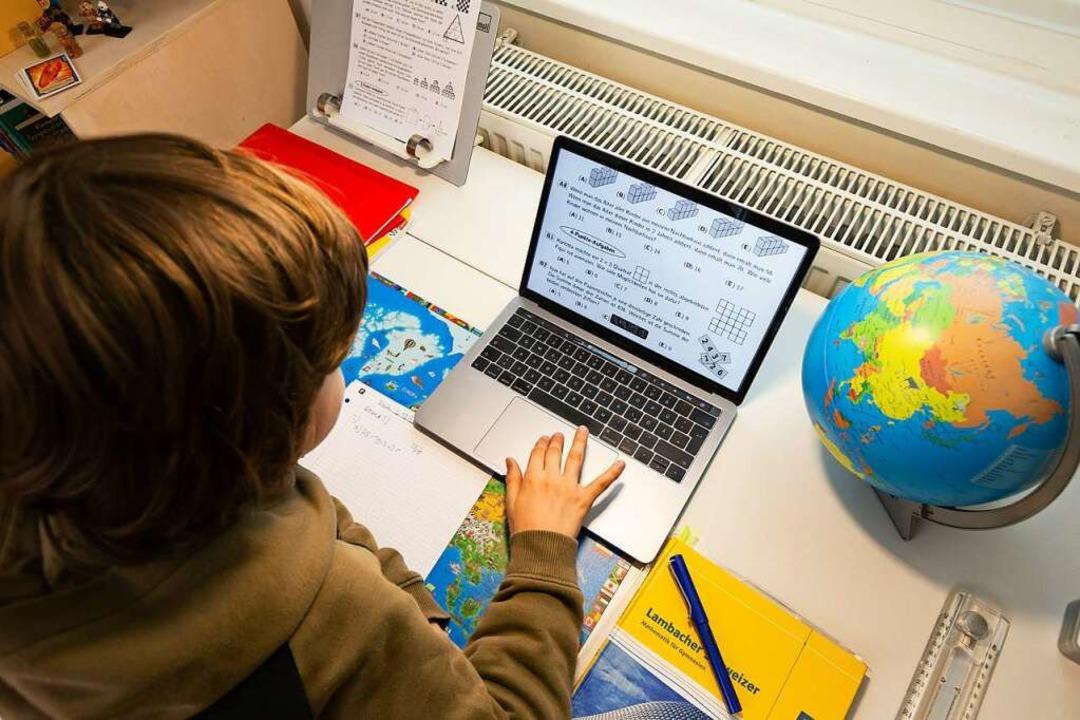 Unterricht daheim am Laptop: Ohne digi...n wäre Schulbetrieb derzeit unmöglich.  | Foto: Ulrich Perrey (dpa)