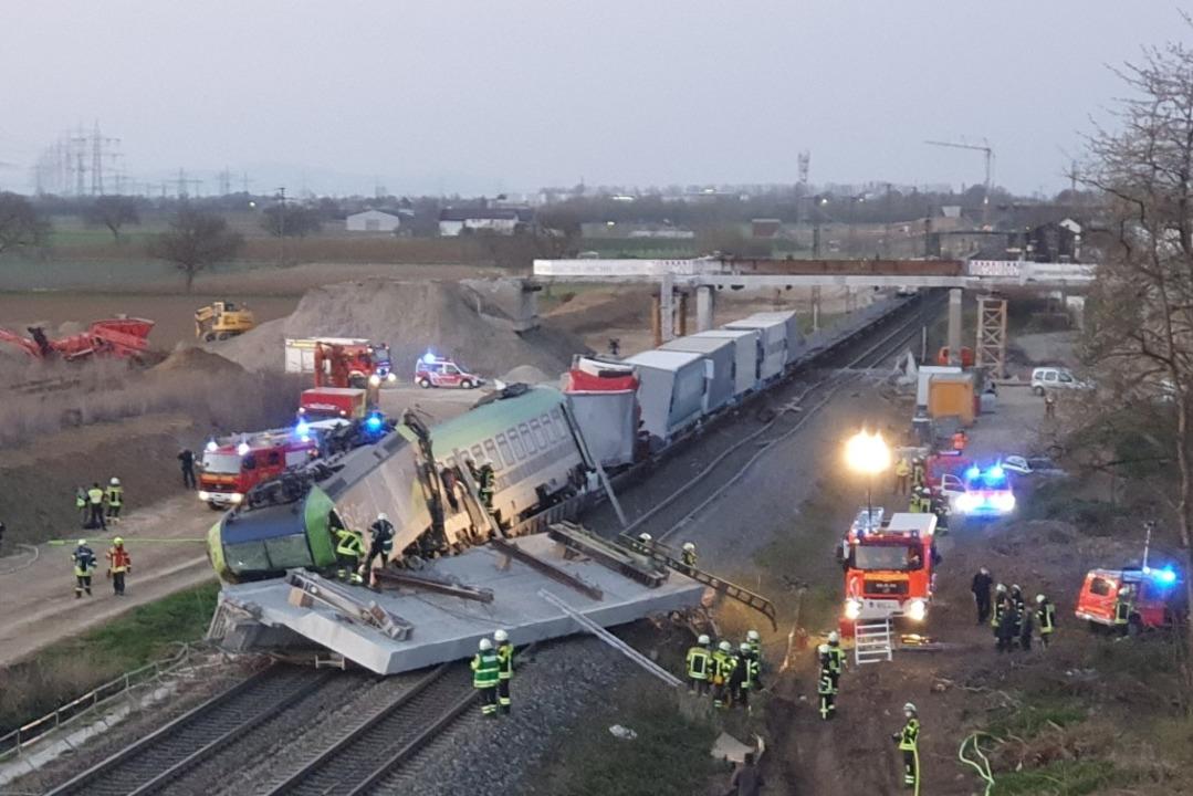 Großeinsatz auf der Rheintalstrecke: S...il kollidiert und teilweise entgleist.  | Foto: Kamera24