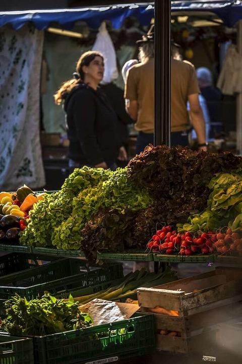 Abstand halten ist wichtig auf dem Wochenmarkt.  | Foto: Ronald Buck/Stadt Lahr