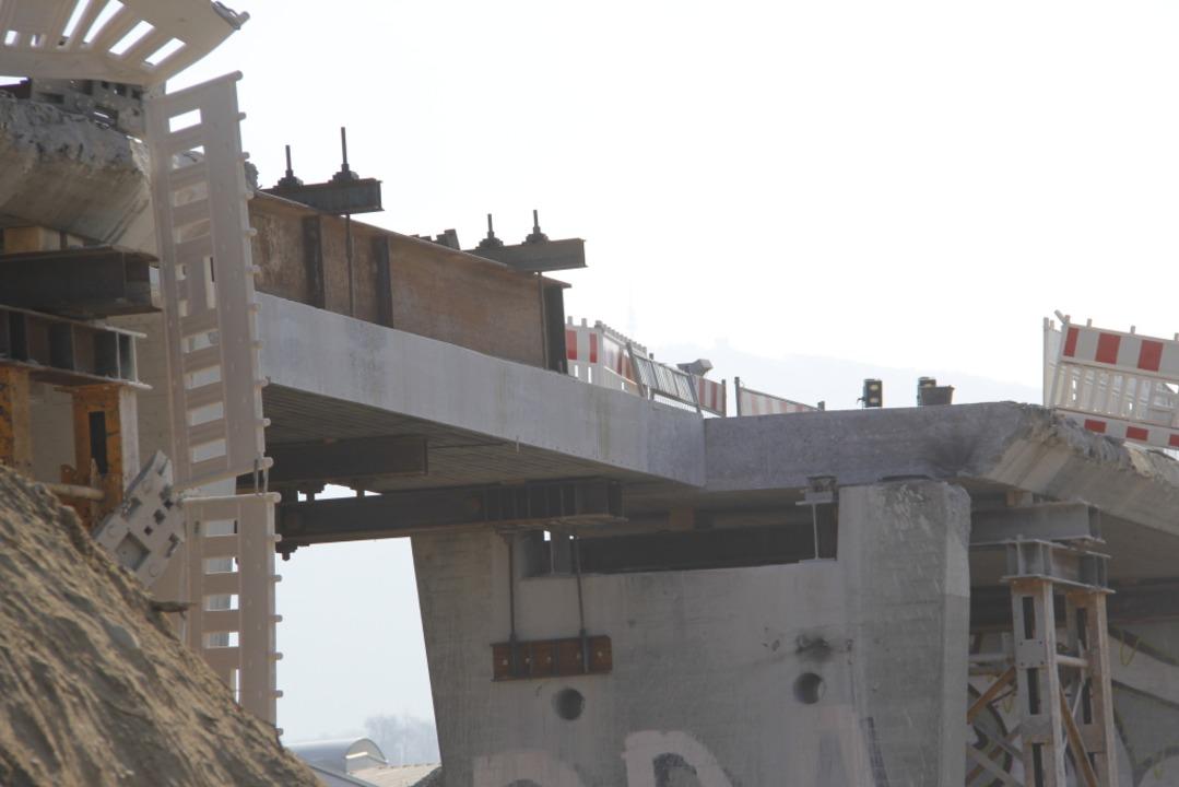 Die im Abriss befindliche Brücke – eine Hälfte des Decks ist abgestürzt.  | Foto: Alexander Huber