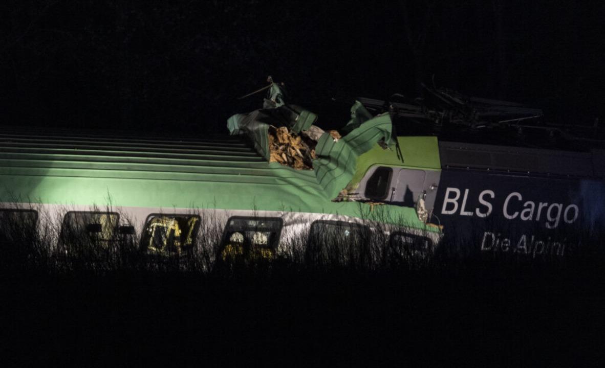 Der Güterzug, der Lastwagen geladen ha...cke mit Teilen einer Brücke kollidiert  | Foto: Patrick Seeger (dpa)