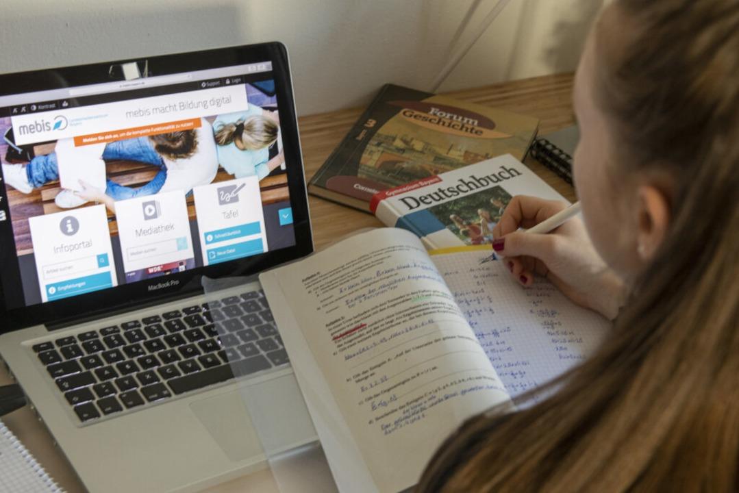 Viele Schülerinnen und Schüler nehmen ...m am Fernunterricht teil (Symbolbild).  | Foto: Stefan Puchner (dpa)