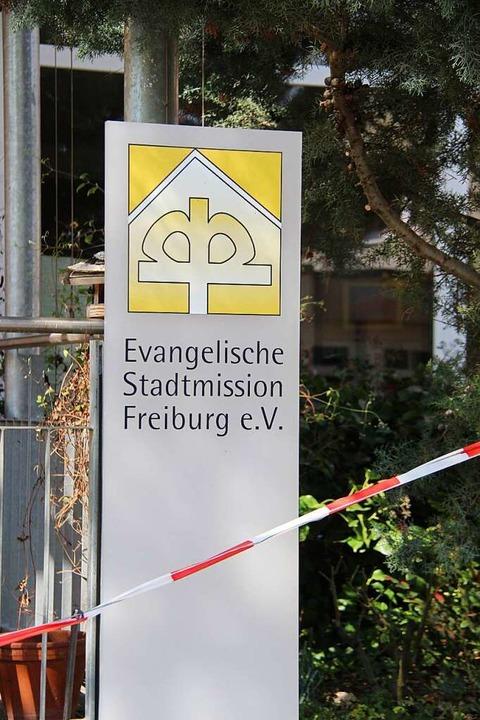Ein Sperrband vor dem Eingangsbereich ...ss derzeit keine Besuche möglich sind.  | Foto: Horst David