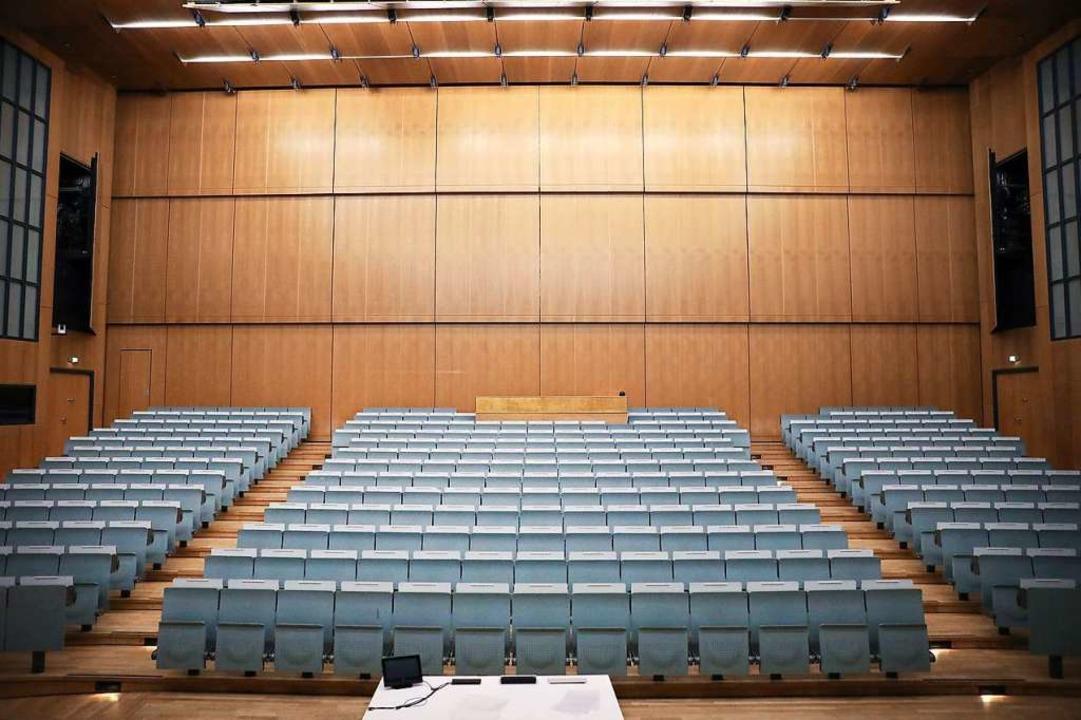 Die Sitze im Hörsaal der Universität sind leer.  | Foto: Oliver Berg (dpa)