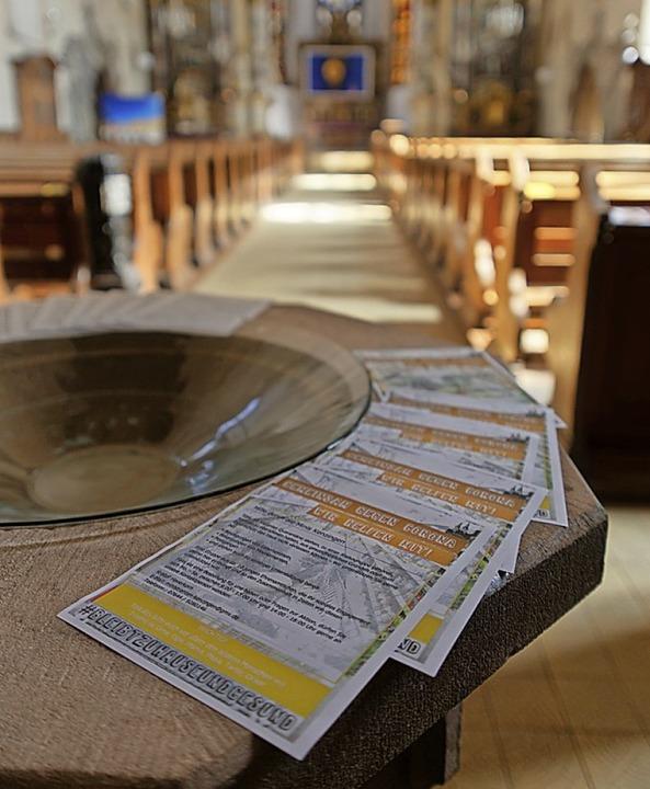 Infoblätter zur Corona-Krise liegen in der Kenzinger Stadtkirche aus.  | Foto: Martin Wendel