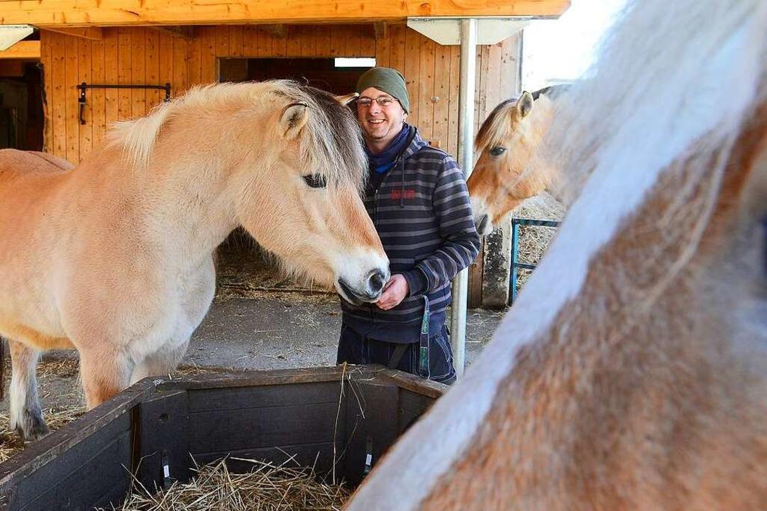 Hausmeister Jan Bank gehört zu denen, ...en zum Beispiel um die Pferde kümmern.  | Foto: Ingo Schneider