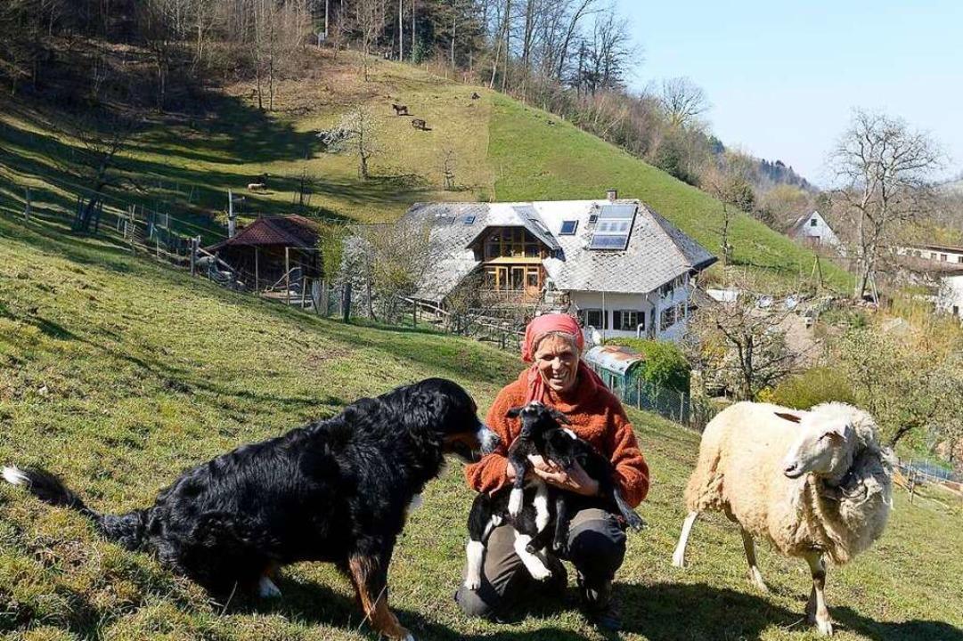 Gabriele Plappert, hier mit neugeborenem Lamm, hält den Kunzenhof am Laufen.  | Foto: Ingo Schneider