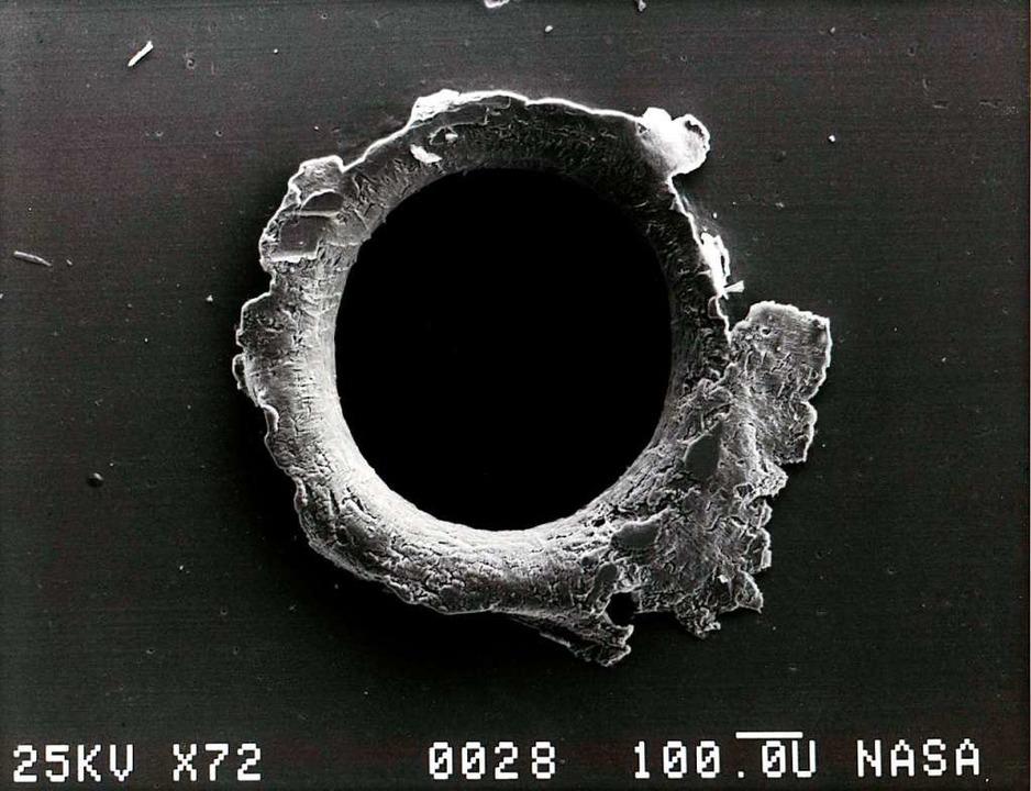 Einschlagsloch im Solarpanel eines Satelliten.  | Foto: Nasa