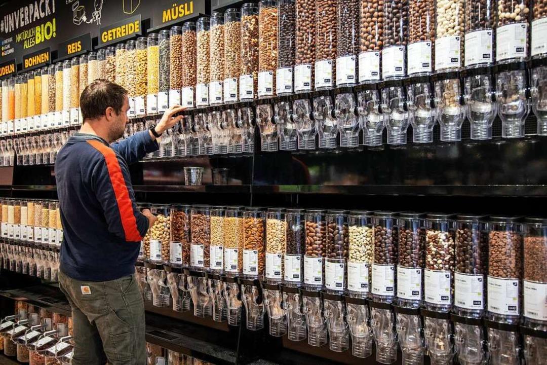 Solche Unverpackt-Regale gibt es inzwi... in immer mehr normalen Supermärkten.   | Foto: Joss Andres