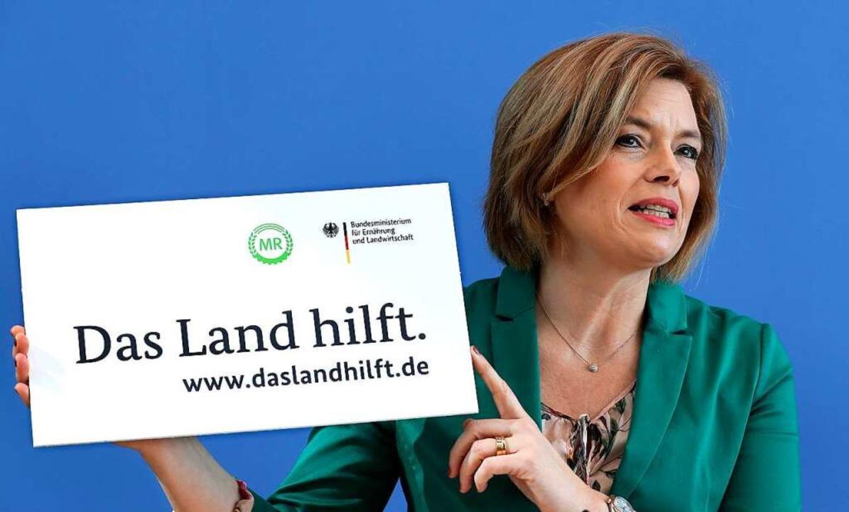 "Bundeslandwirtschaftsministerin Julia ...e Aktion ""Das Land hilft"".  | Foto: Michael Sohn (dpa)"