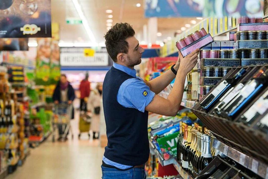 Damit die Regale auch in der aktuellen... im Lebensmittelhandel Helfer gefragt.  | Foto: Marijan Murat