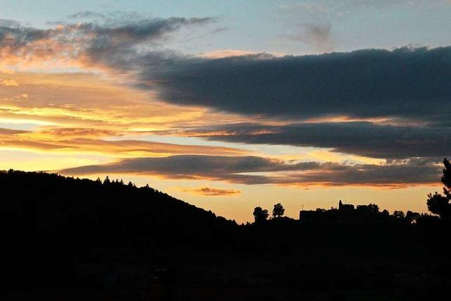 Wunderschöner Abendhimmel über der Emmendinger Hochburg