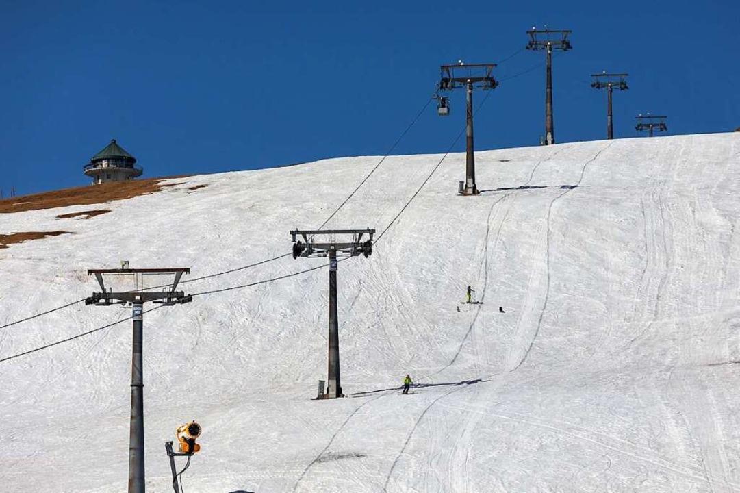 Auf dem Feldberg liegen noch Schneeres...hein werden Wanderausflügler erwartet.  | Foto: Philipp von Ditfurth (dpa)