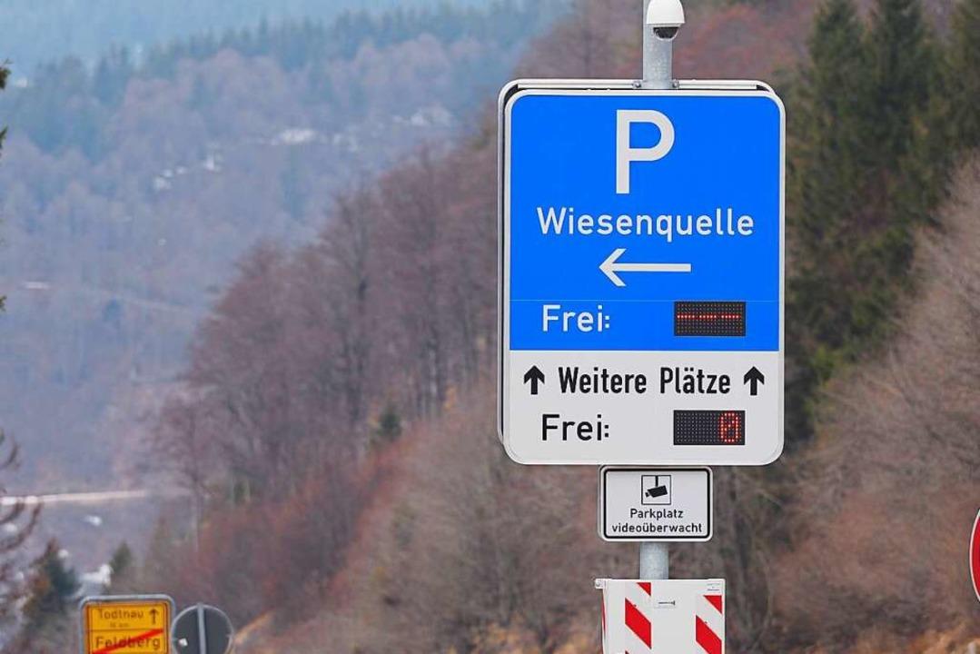 Keine freien Plätze zeigen die Tafeln mehr an.  | Foto: Susanne Gilg