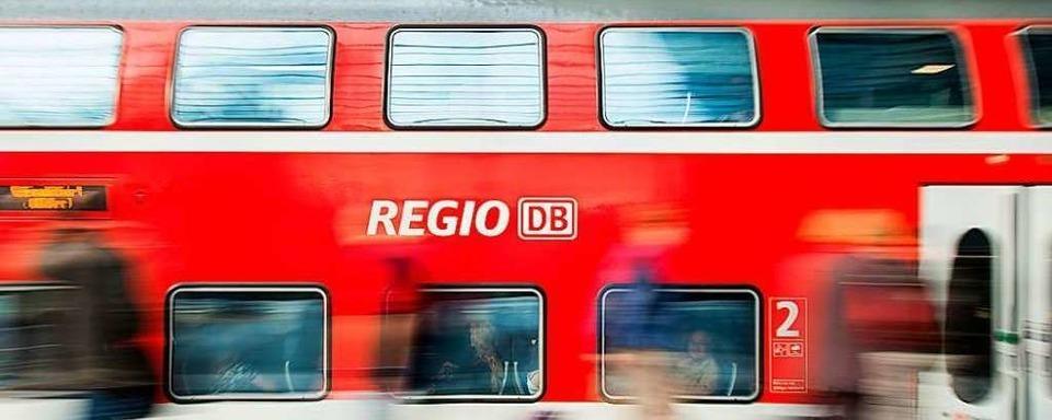 Unbekannte bewerfen Regionalbahn mit Gegenständen