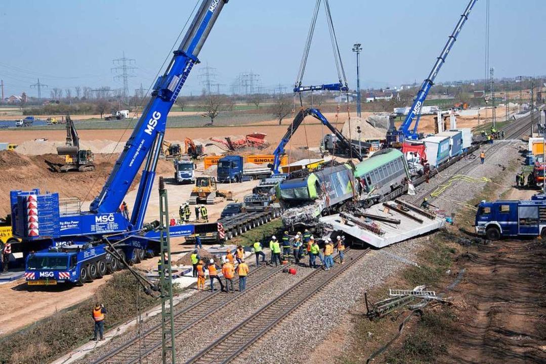 Blick auf die Unglücksstelle – d...ere Brückenteil liegt auf den Gleisen.  | Foto: Volker Münch