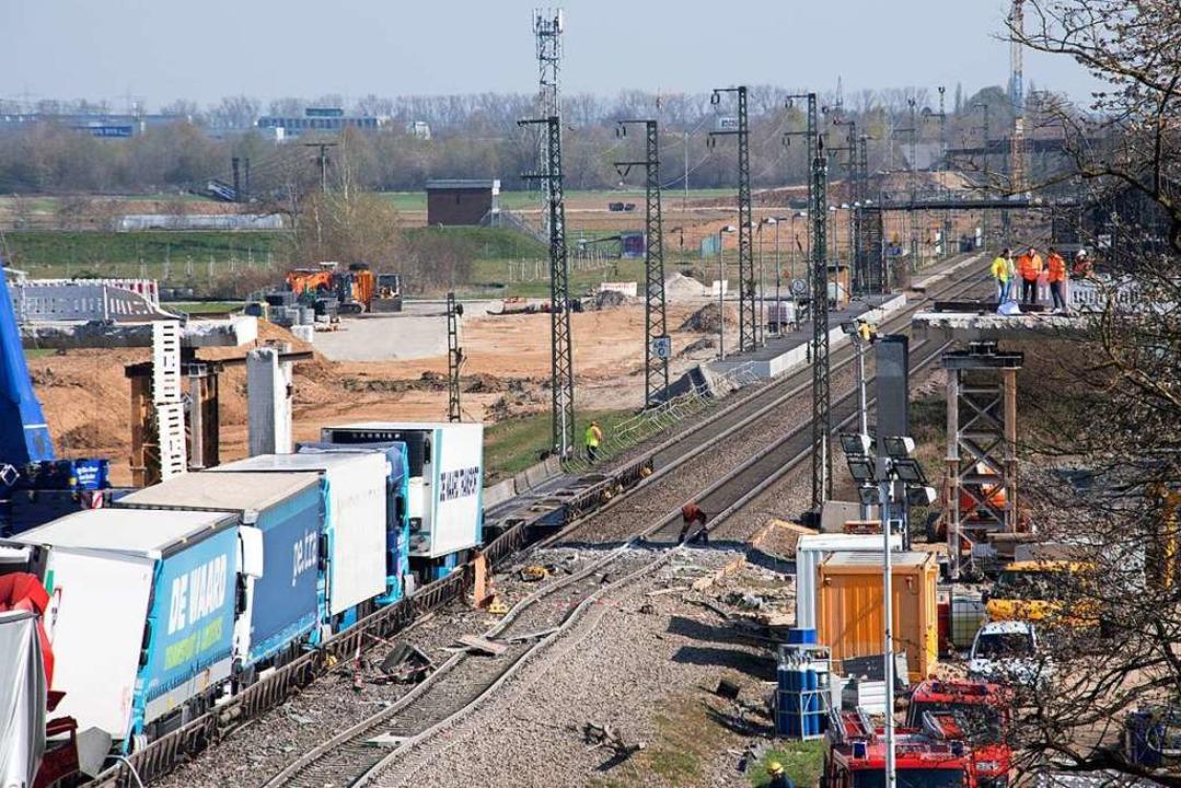Am Ende des Zugs: Die verladenen Lastzüge.  | Foto: Volker Münch