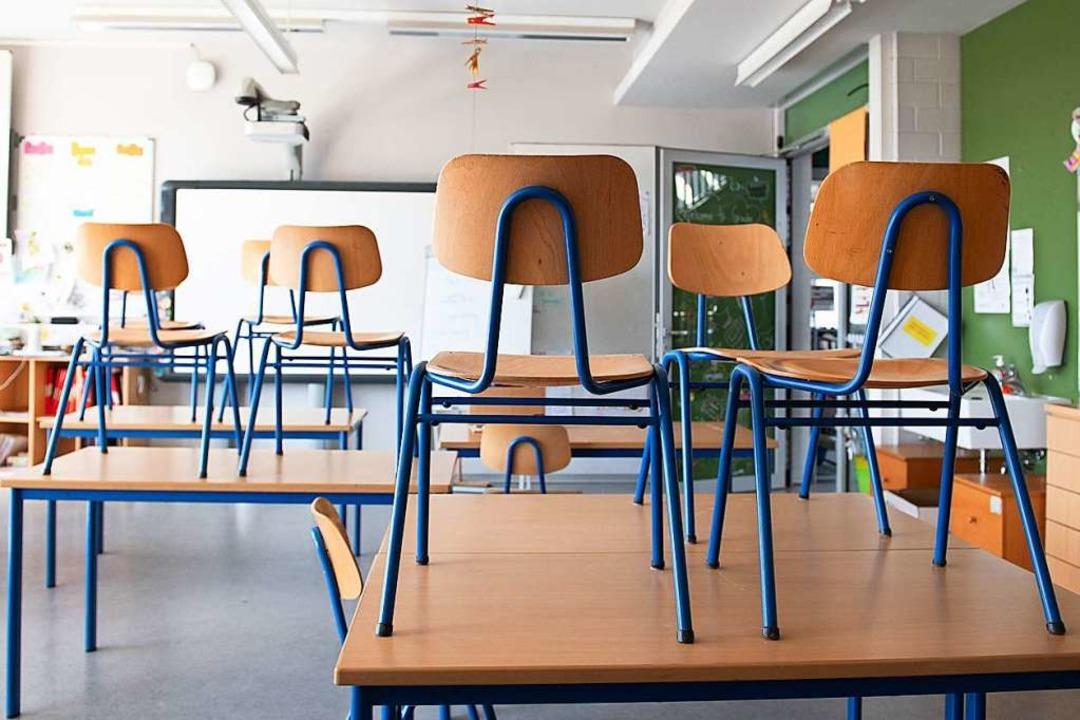 Die Klassenzimmer in Baden-Württemberg stehen wohl noch länger leer.  | Foto: Sebastian Kahnert (dpa)