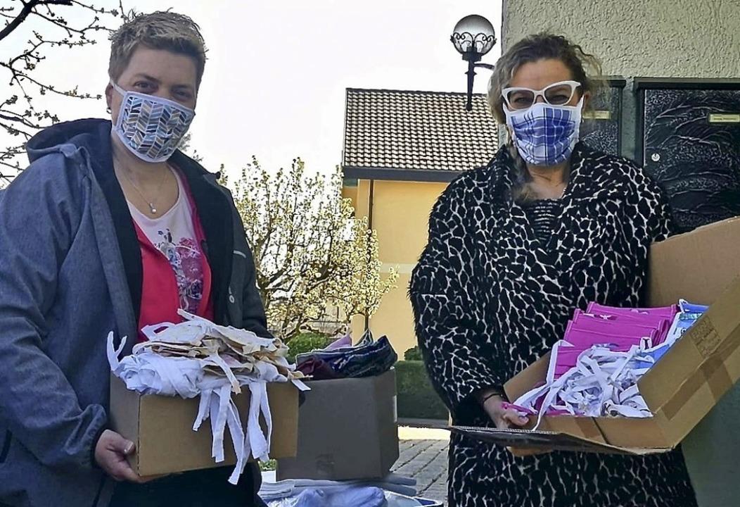 Simone Delakowitz (l.) und Silvia Bosc...d mit den selbst genähten Stoffmasken.  | Foto: privat