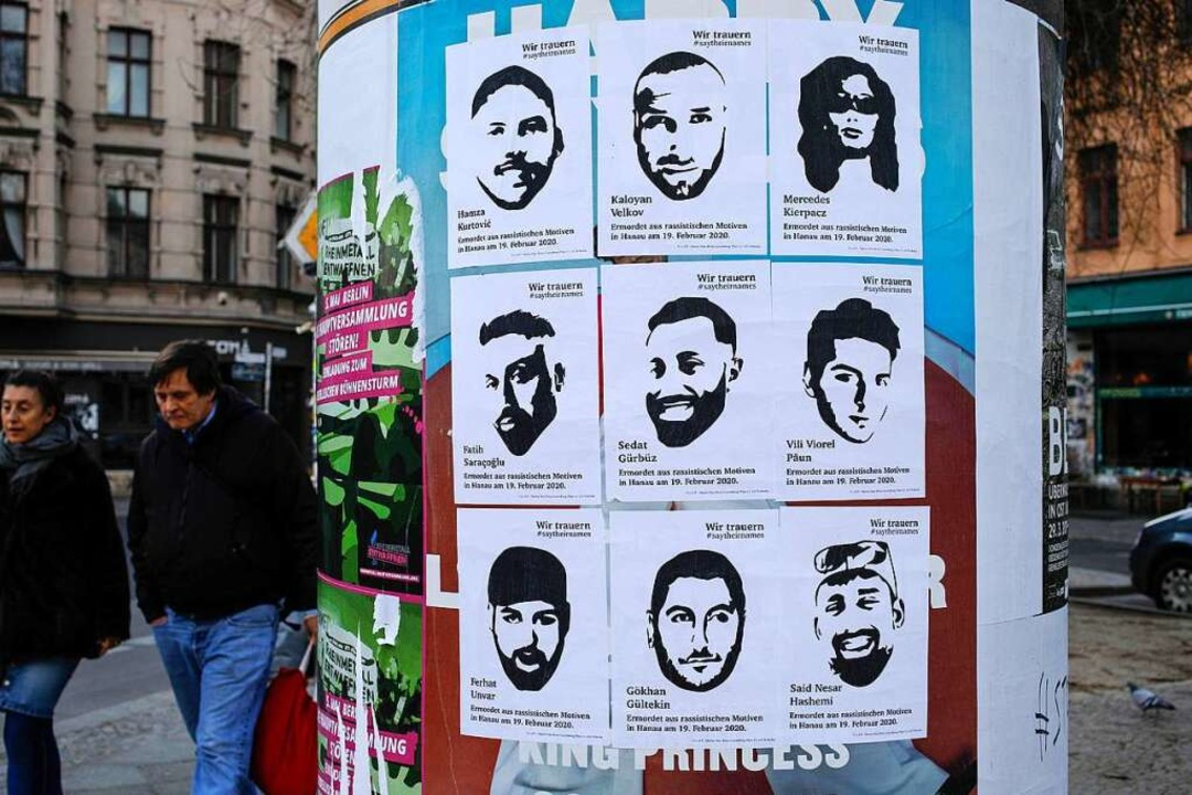 Die Namen der Opfer, alle mit Migratio... einer Litfaßsäule in Berlin-Kreuzberg    Foto: DAVID GANNON (AFP)