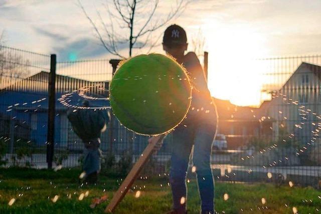 Der perfekte Moment, um einen Tennisball zu fotografieren