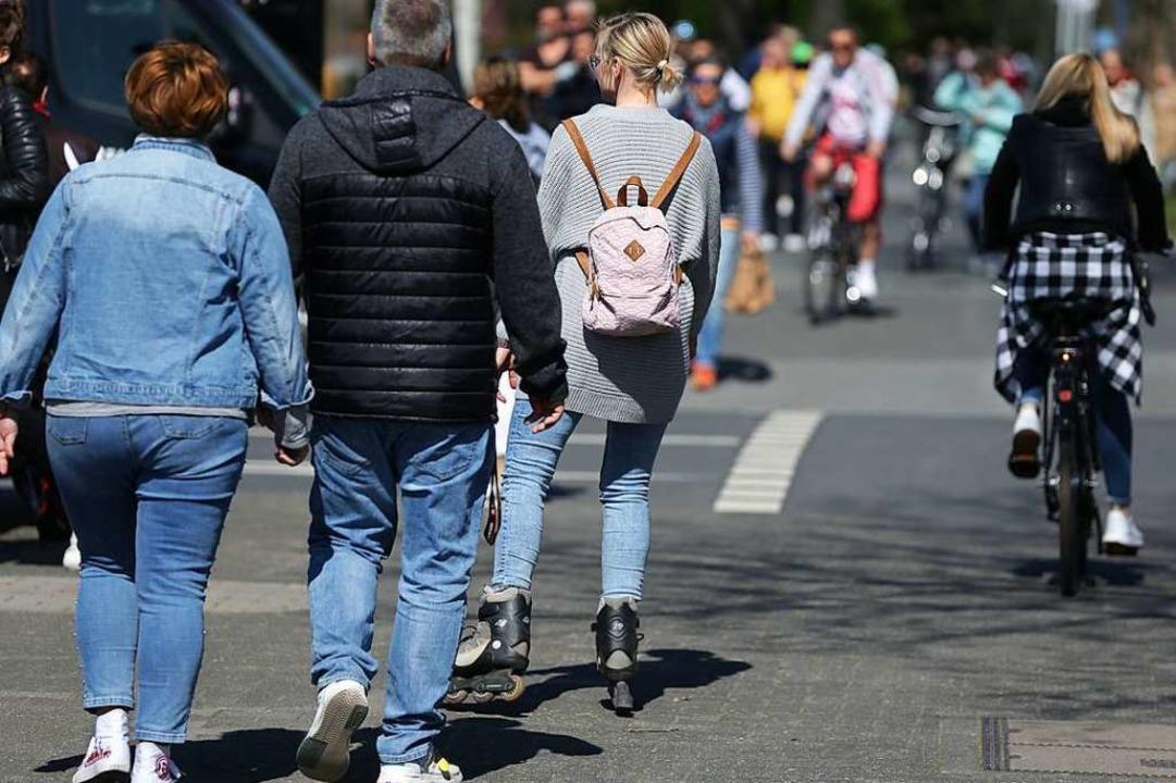 Zu viele Menschen halten sich noch immer nicht an das Abstandsgebot (Symbolbild)  | Foto: David Young (dpa)