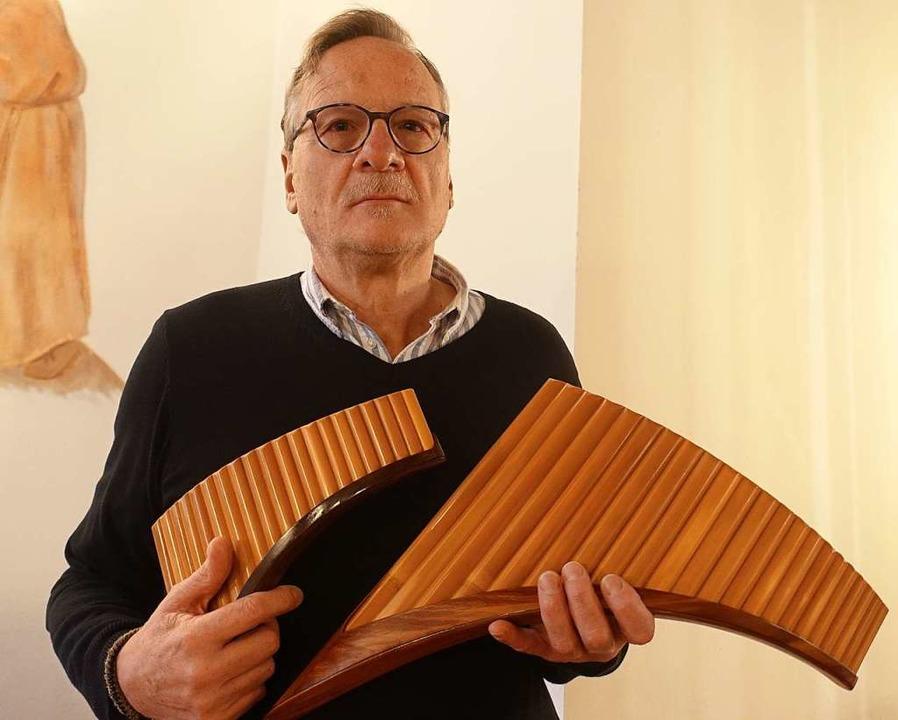 Heinz Georg Häßle mit zwei seiner Panflöten.    Foto: Roswitha Frey