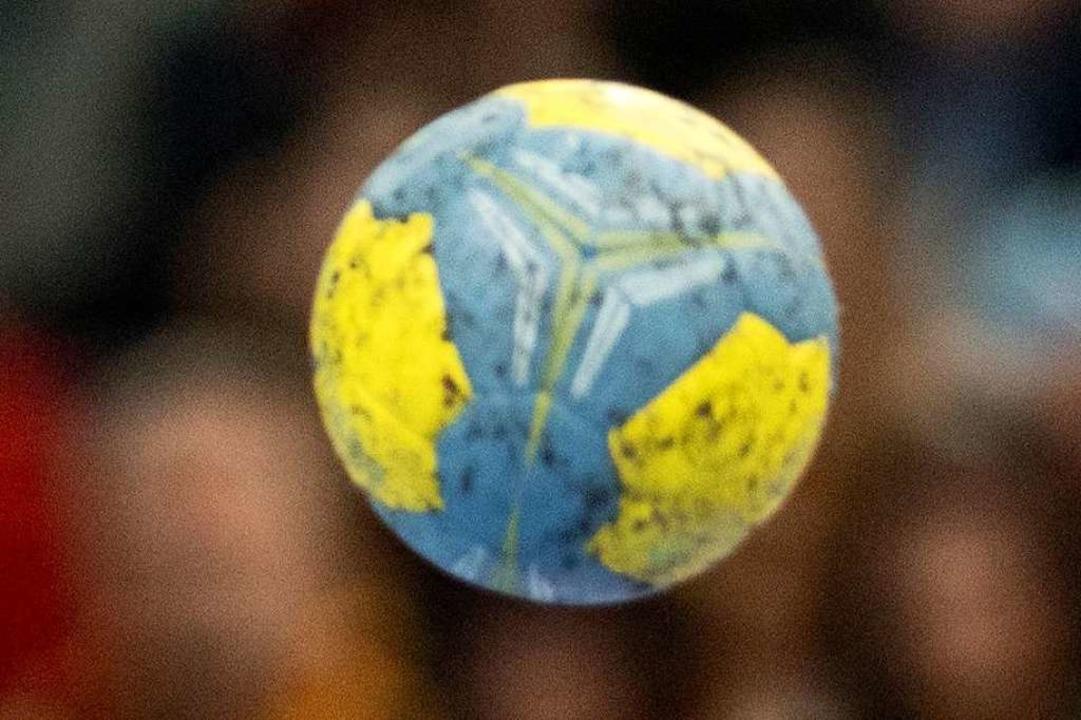 Nicht die Weltkugel, sondern nur ein Handball.  | Foto: Julian Stratenschulte