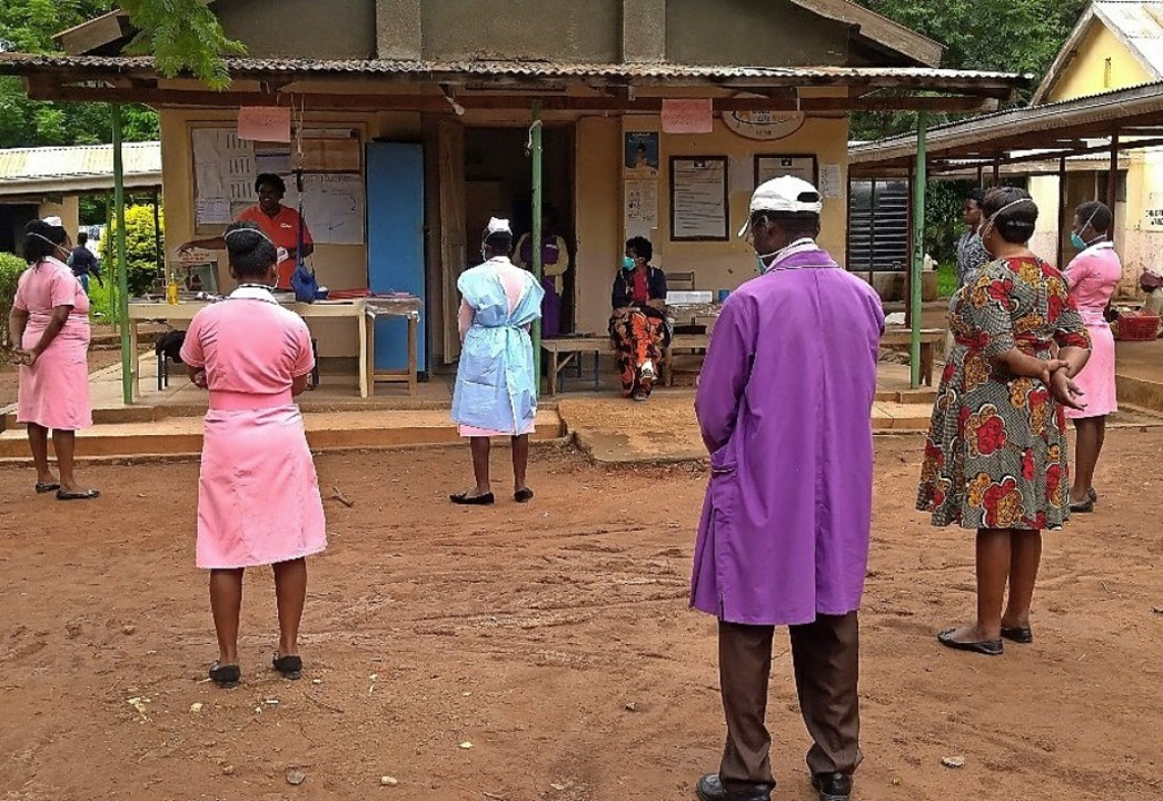 Auch in  Uganda wird Abstand gehalten.   | Foto: Gertrud Schweizer-Ehrler
