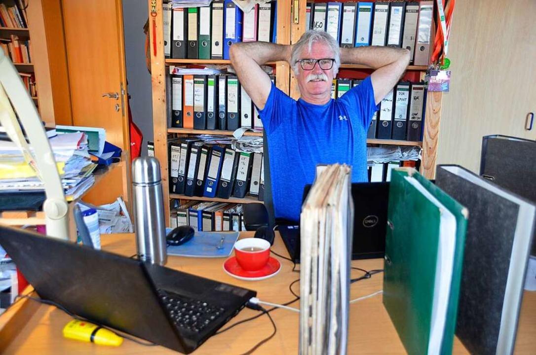 Zwischen Laptop und Leitz-Ordnern: Hub...rer im Homeoffice in Zeiten von Corona  | Foto: Julia Röderer