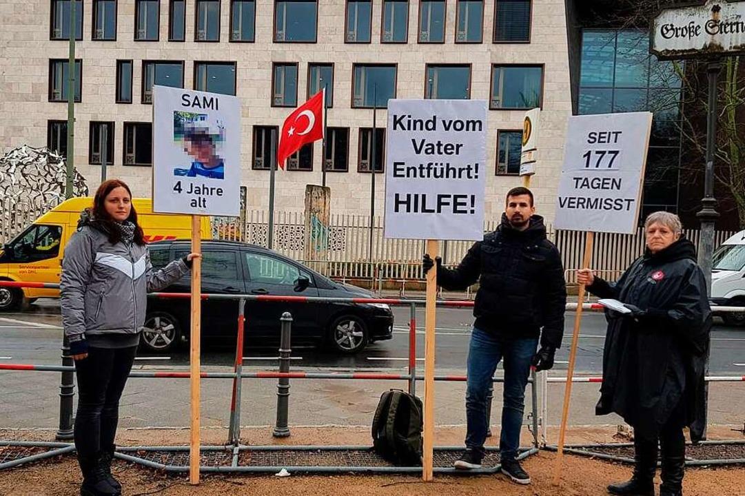 Christina Coskun (von links), Christia...vor der türkischen Botschaft in Berlin  | Foto: Coskun