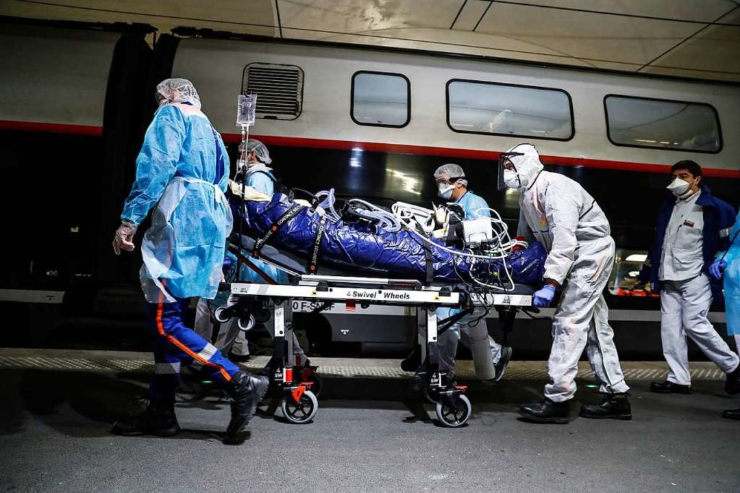 Medizinisches Personal transportiert e...d Militärflugzeuge ausgestattet sind.   | Foto: Thomas Samson (dpa)