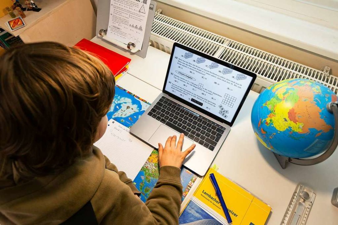 Der Unterricht daheim am Laptop forder...lin und Organisation von den Schülern.  | Foto: Ulrich Perrey (dpa)