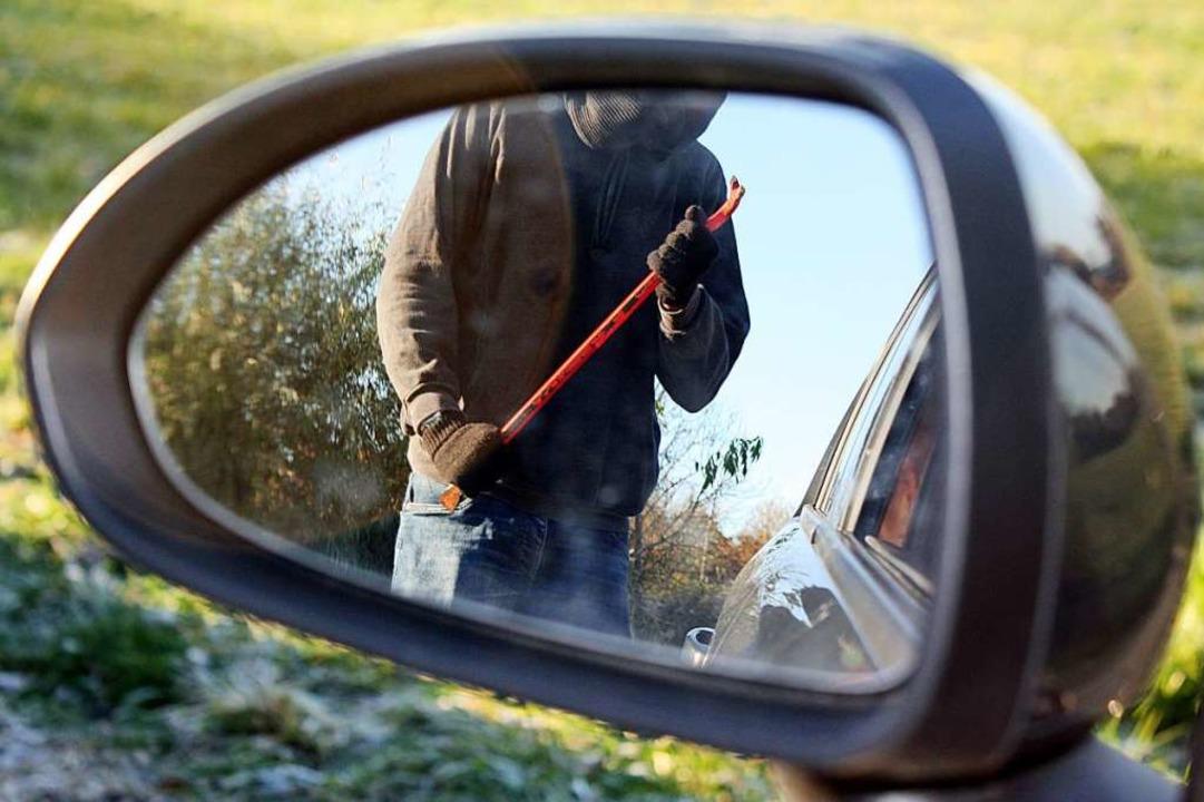 Vermutlich mit einer Brechstange ginge...o an dem geparkten Wagen (Symbolbild).    Foto: Diana Pfister