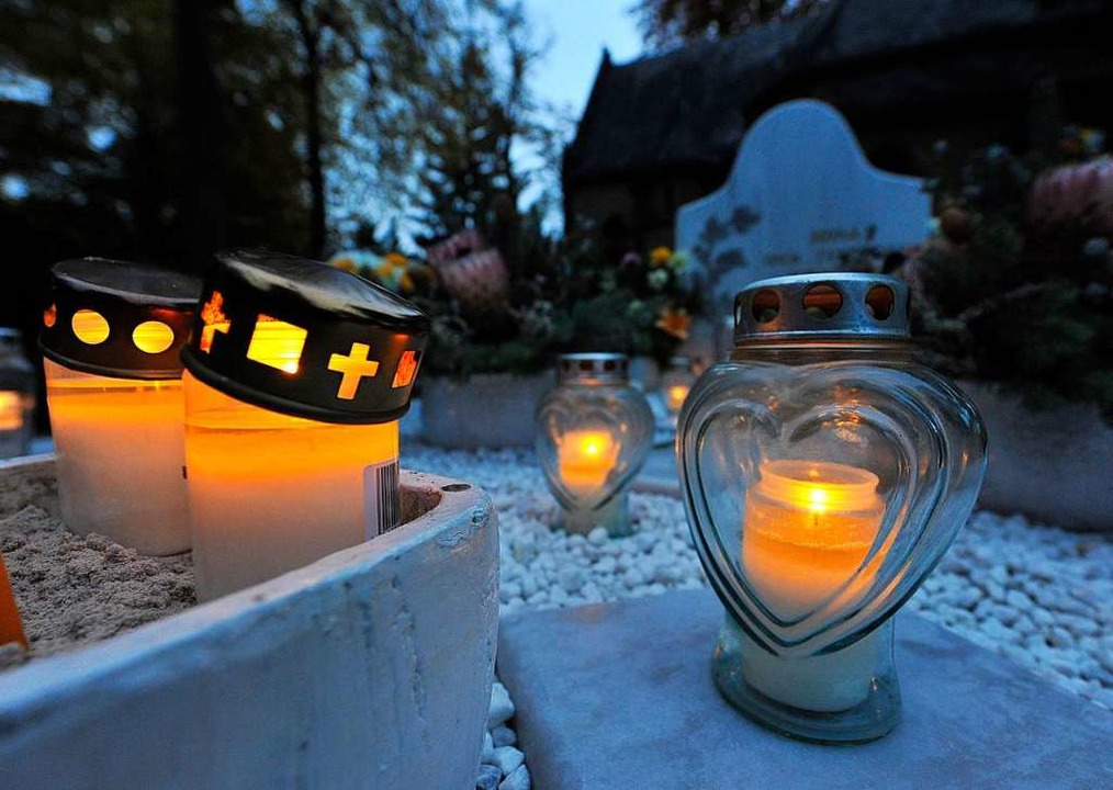 Kerzen sind noch erlaubt auf dem Friedhof.  | Foto: Michael Bamberger