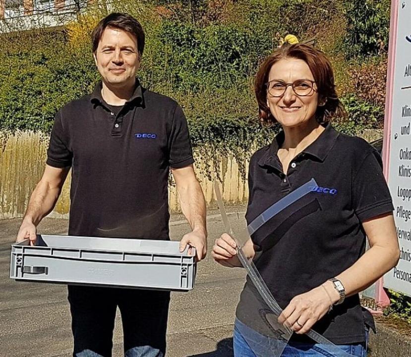 Armin Glatz und Petra Huck überreichen Schutzvisiere.  | Foto: Privat