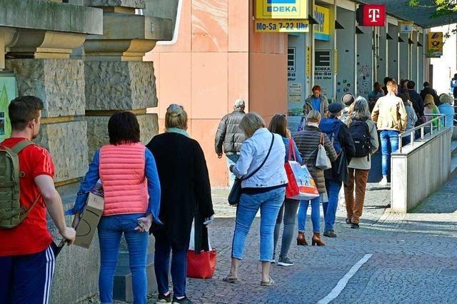 Die Freiburger nehmen den Sicherheitsabstand auch beim Warten ernst