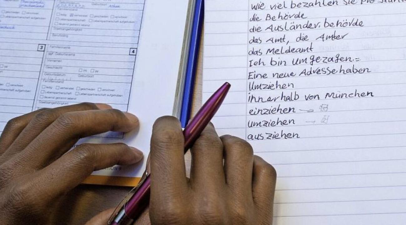 Ein junger Geflüchteter lernt Deutsch.   | Foto: Patrick Pleul
