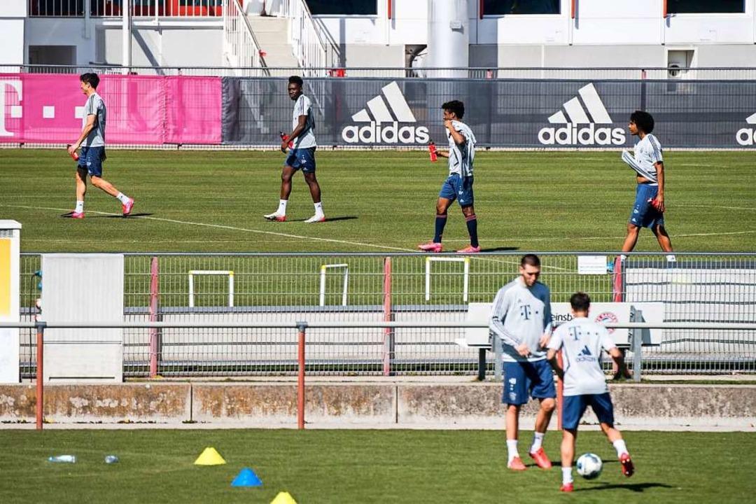 Auch die Profis des FC Bayern  sind in... auf den Trainingsplatz zurückgekehrt.  | Foto: Matthias Balk (dpa)